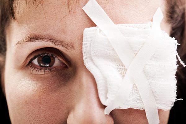 ВЯсном женщина получила химический ожог глаза вовремя уборки дома