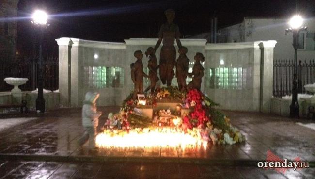 В столице России наМанежной установили мемориал попогибшим вКемерово