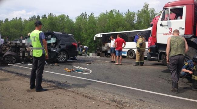 ВДТП натрассе под Оренбургом погибли трое— вседорожный автомобиль против автобуса