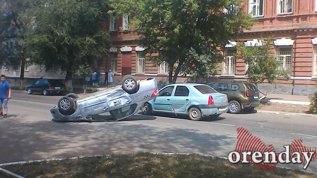 Вцентре Оренбурга автомобиль такси опрокинулся напроезжей части