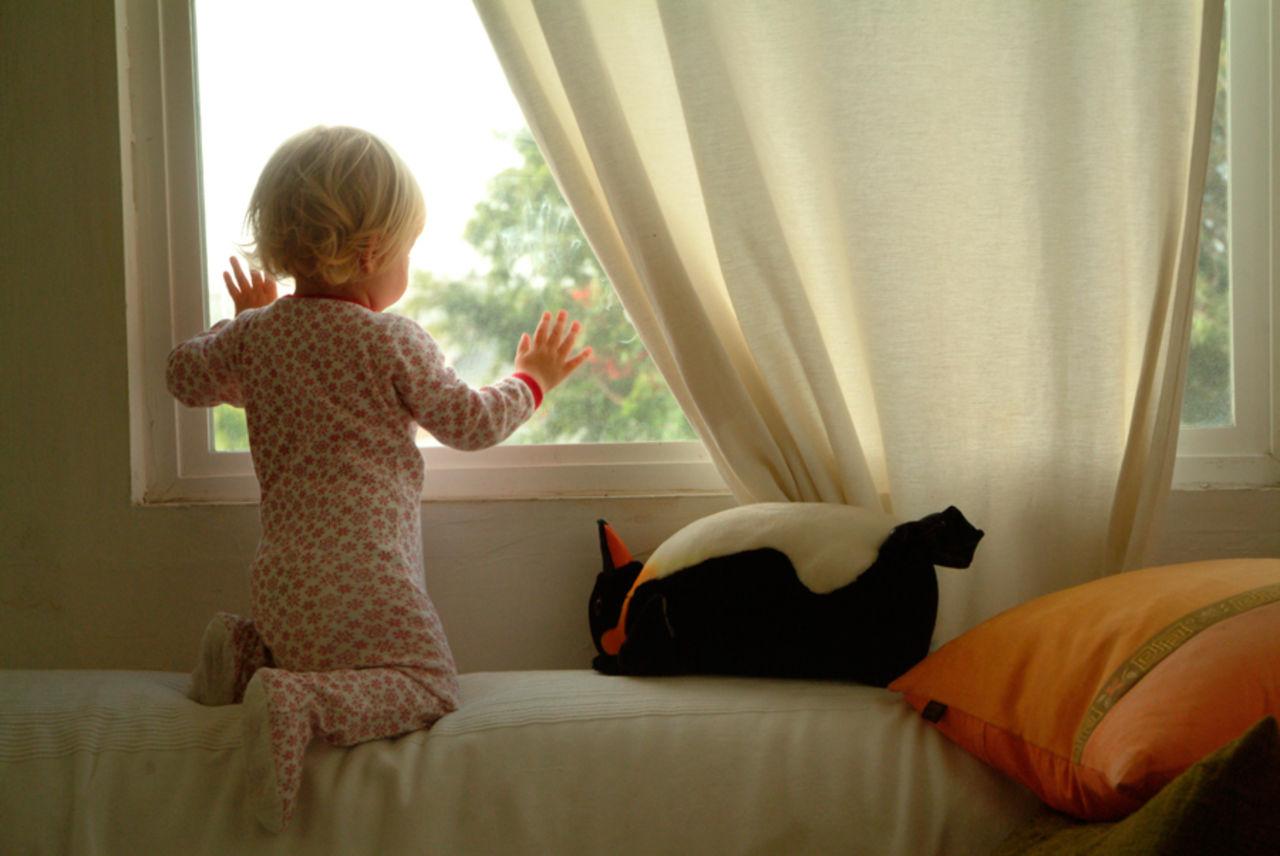 Когда трехлетний малыш выпал из окна в доме на новоселов, ро.