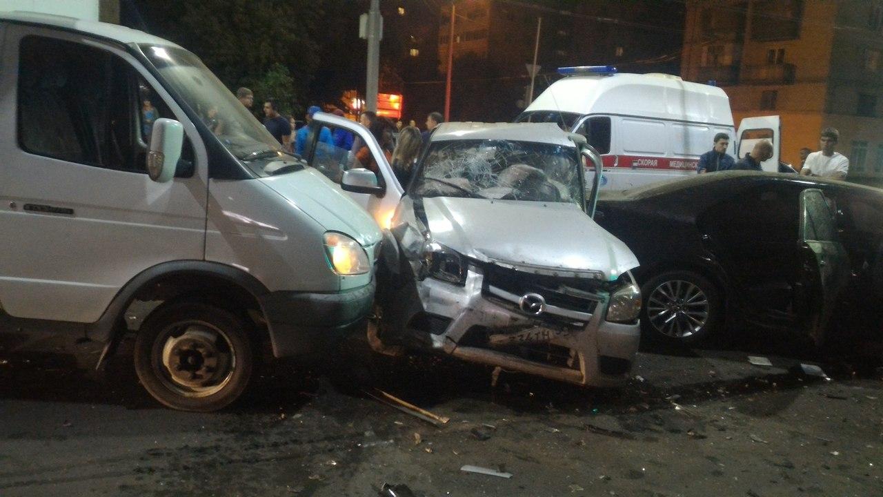 ВОренбурге напроспекте Победы ночью столкнулись 4 машины