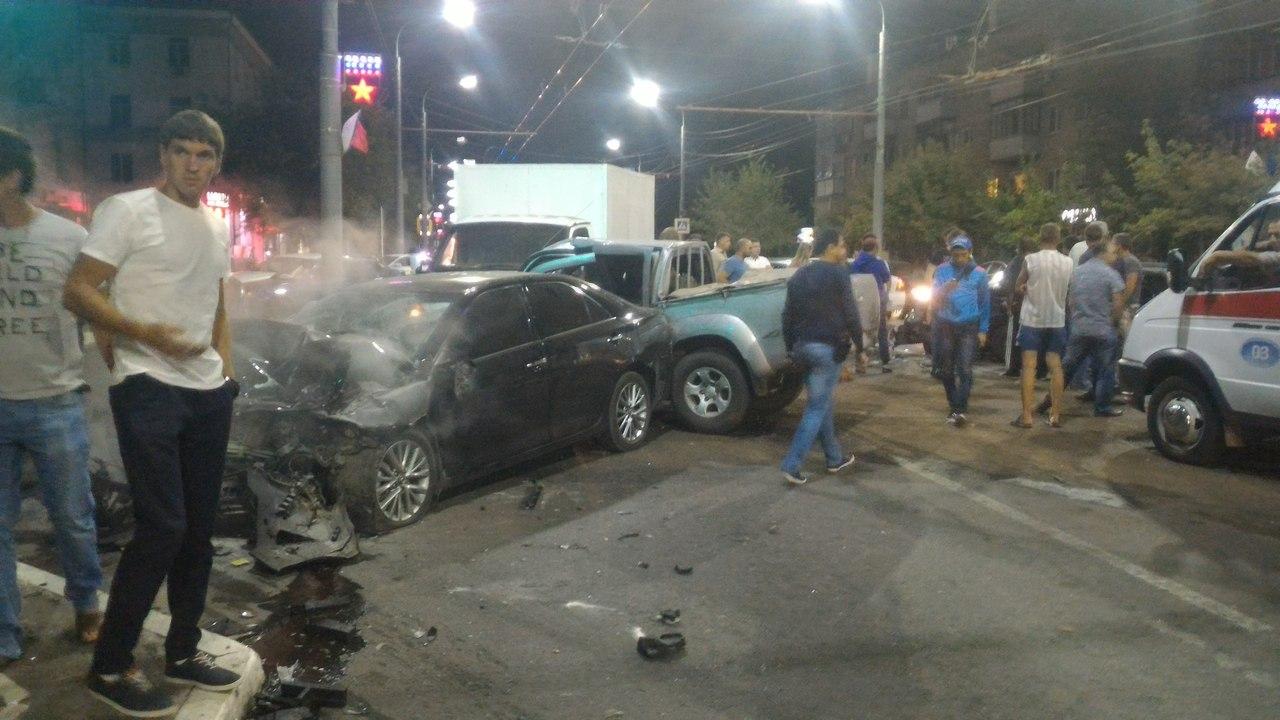 ВОренбурге ночью столкнулись автомобили «Тойота», «Мазда», «Вольво» и«Газель»