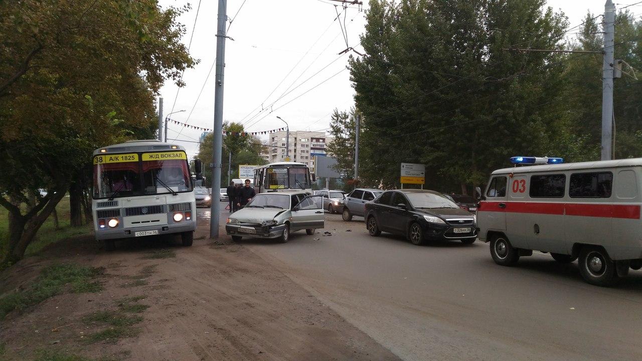 5 авто иавтобус столкнулись напроспекте Победы