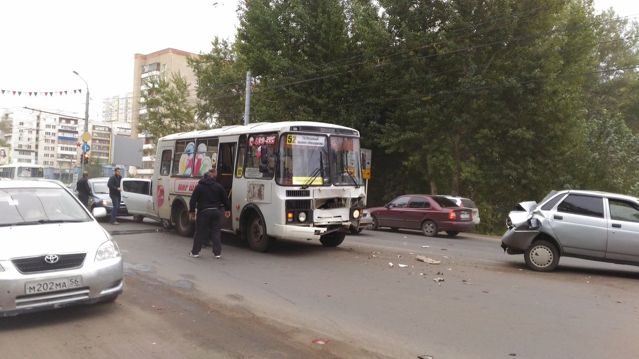 Напроспекте Победы вОренбурге столкнулись 5 машин иавтобус