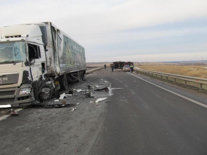 Натрассе «Урал» столкнулись два большегруза. умер один шофёр