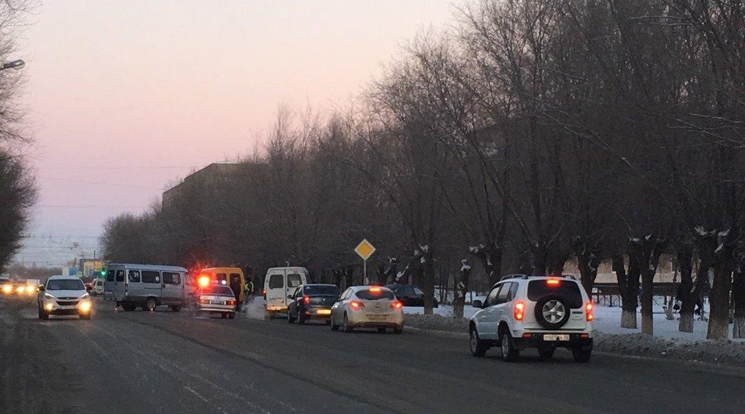 Под Оренбургом молодой шофёр неуступил дорогу иврезался вдве маршрутки