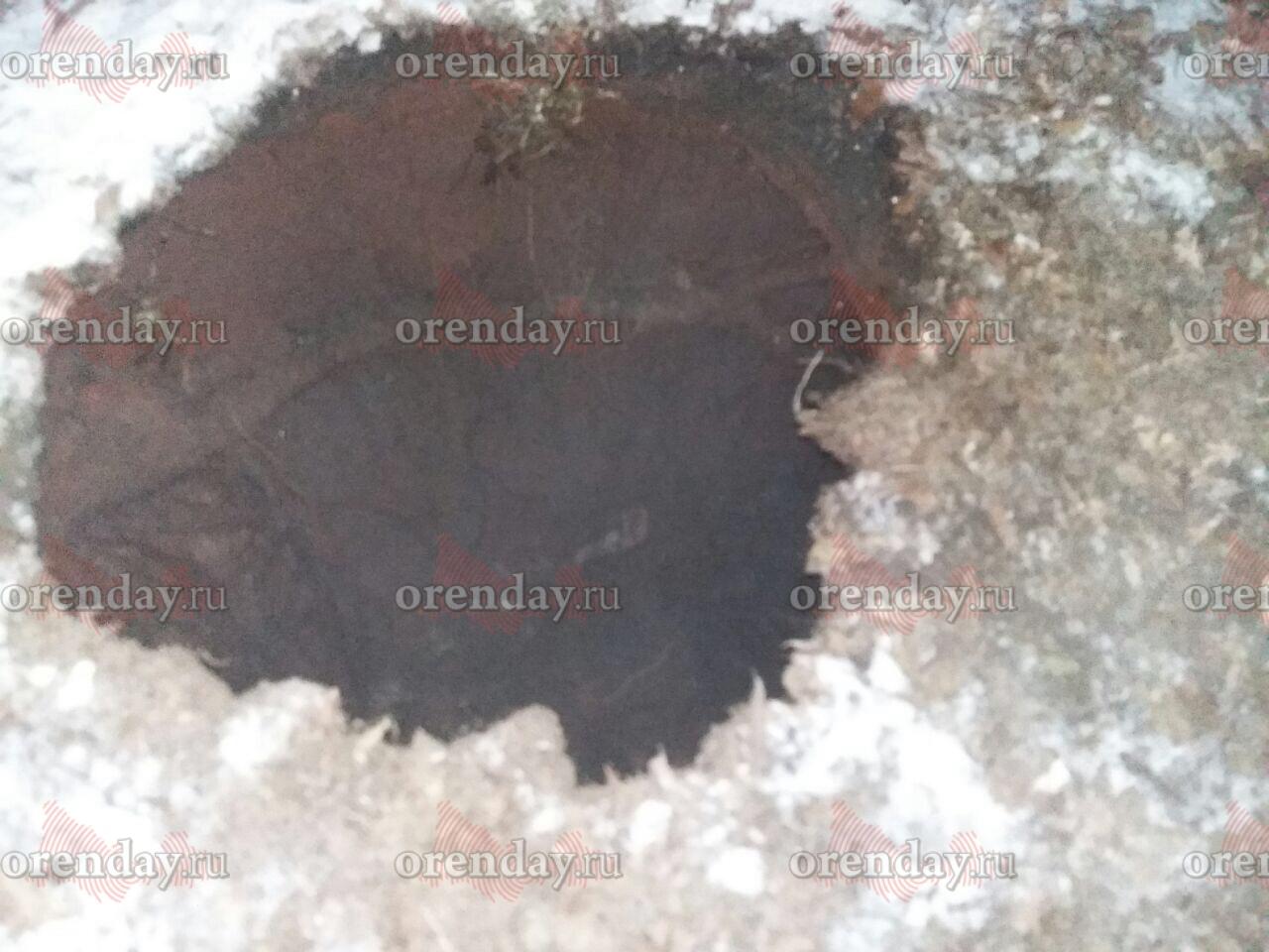 ВОренбурге удома 15 поулице Джангильдина устраняют прорыв холодного водоснабжения