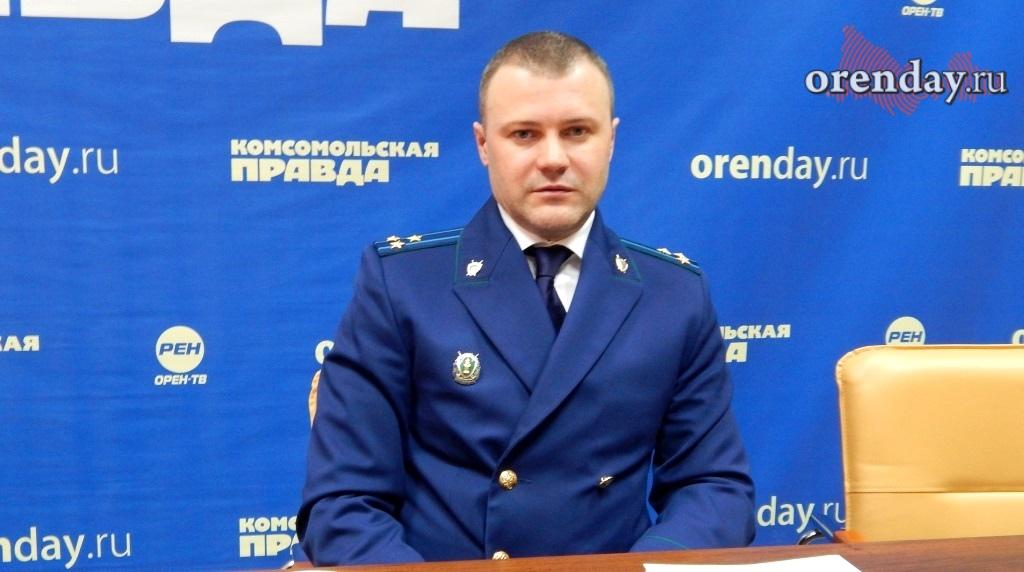 Вседорожный автомобиль сбил дорожного рабочего наДимитровском мосту вНовосибирске